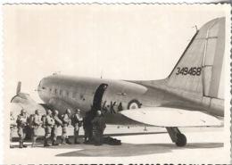 Militairia - Avion Militaire - Plusieurs Soldats Sur Le Départ - - Aviation