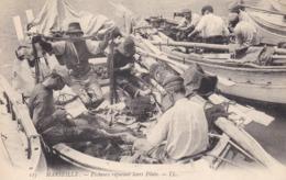 Cpa Dept 13 -  Marseille - Pecheurs Réparant Leurs Filets ( Circulé - Voir Scan Recto-verso) - Petits Métiers