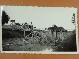 (re)Construction D'un Pont (photo 11 Cm X 6,5 Cm) Photographes Contant Ou Marcel 08 Vouziers A Situer - Plaatsen