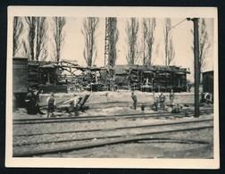 Cca 1920-1940 Vasúti Szerencsétlenség, Felborult Vonattal, Munkásokkal, Fotó, 4x6 Cm. - Altre Collezioni