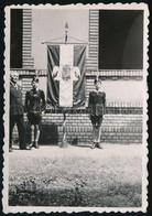 Cca 1935 Leventék Díszőrsége Az Angyalos Címerrel Ellátott Nemzeti Zászló Előtt, Fotó, 8,5×6 Cm - Altre Collezioni