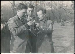 Cca 1952 Olimpikonok Az öltözéküket Próbálják, 13x18 Cm - Altre Collezioni