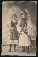 Cca 1900 Népviseletes Pár. Keményhátú Fotó, Háta Sérült  12x19 Cm - Altre Collezioni
