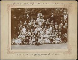 1907 Bp., Papnövelde Utcai Kisdedóvó Növendékei Az Intézet Udvarán, Tablófotó, Fotó Kartonon, 15x20 Cm - Altre Collezioni