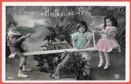 """CPA """"Heureuse Fête"""" ENFANTS Sur Une Balançoire """"tape-cul"""" ** Jeu Jeux D' - Scènes & Paysages"""