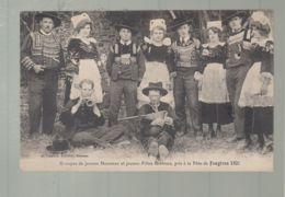 CPA - 35 -  Groupes De Jeunes Hommes Et Jeunes Filles Bretons, Pris à La Fête De Fougères 1921 - Fougeres