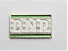 Pin's Banque BNP 2 Attaches Signé Decat  - Pa/Ce - Banche