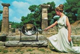 Grèce - Olympie : Vestale En Peplum Allumant La Flamme Olympique. CPSM. - Olympic Games