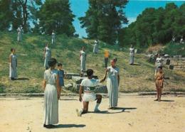 Grèce - Olympie : Vestale En Peplum Transmettant La Flamme Olympique Au Premier Coureur Qui La Portera. CPSM. - Olympic Games