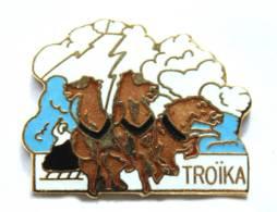 Pin's TROIKA - Traineau Tiré Par Trois Chevaux - P!n - I769 - Pins