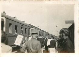 SOLDATS ALLEMANDS ET TRAIN SECONDE GUERRE MONDIALE PHOTO ORIGINALE FORMAT  8.50 X 6 CM - Oorlog, Militair