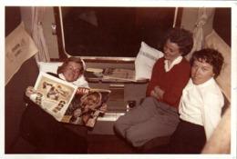 Photo Couleur Originale B.B. Ambiance Feutrée Pour Ces 3 Pin-Up à Leurs Aises En Wagon & Lecture Du Magazine STAR 1960's - Pin-ups