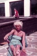 Photo Couleur Originale Pin-Up Blonde Sexy En équilibre Sur Un Banc Poutre Vers 1970 - Pin-ups