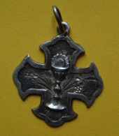 Médaille Religieuse Ancienne En Argent, En Forme De Croix, Avec Calice, à Dater ! - Religione & Esoterismo