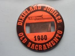 DIXIELAND JUBILEE 1980 - OLD SACRAMENTO (U.S.A.) : Speld / Badge ( See / Voir Photo ) +/- 9 Cm. ! - Música & Instrumentos