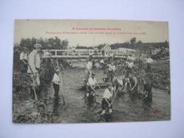 CPA . Somme Dévastée.80. 1919. Belle Animation+++ Prisonniers Allemands Curant Une Rivière Après Destruction Des Ponts. - Frankrijk