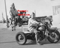 Reproduction D'une Photographie Ancienne D'une Moto Tri-car Avec Un Homme Suspendu Montée Sur Un Cheval De Manège - Reproductions