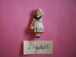Feve Ancienne En Porcelaine - FORET NOIRE - Serie COSTUMES FOLKLORIQUES 1937 Rare ( Figurine Miniature ) - Oude