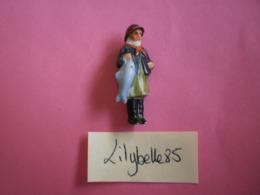 Feve Ancienne En Porcelaine - PECHEUR DES ILES FRISSONNES - Serie COSTUMES FOLKLORIQUES 1937 Rare ( Figurine Miniature ) - Oude