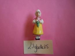 Feve Ancienne En Porcelaine - VIGNERONNE - Serie COSTUMES FOLKLORIQUES 1937 Rare ( Figurine Miniature ) - Olds