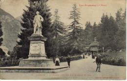 31 Luchon N°78 De Labouche 1ère Série La Statue D'Etigny & La Buvette Du Pré Toit De Chaume En 1907 Homme Canne Canotier - Luchon