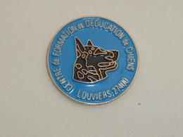 Pin's CHIEN, CENTRE DE FORMATION ET D EDUCATION DE LOUVIERS - Animaux