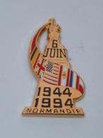 Pin's CINQUANTENAIRE DU 06 JUIN 1944 EN NORMANDIE, STATUE DE LA LIBERTE, Signe BALLARD - Militaria