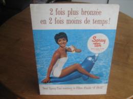Ancien Carton Publicitaire De 1960 SPRAY TAN Huile Solaire - Pin-up En Maillot De Bain - Plaques En Carton
