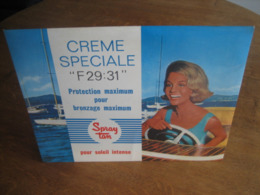 Ancien Carton Publicitaire De 1963 SPRAY TAN Huile Solaire - Pin-up Pilotant Un Riva - Pappschilder