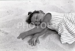 1966 GIRL CHILD ENFANT BEACH PLAGE PRAIA SAO PEDRO DE MUEL PORTUGAL AMATEUR 35mm ORIGINAL NEGATIVE Not PHOTO No FOTO - Photographica
