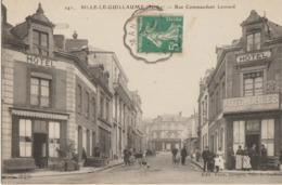 Sillé-le-Guillaume  72   La Rue Commandant Levrard Tres Tres Animée-Hotels De Chaque Coté Et Location Automobiles - Sille Le Guillaume
