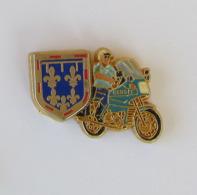 1 Pin's MOTO/GENDARMERIE - (Région De Gendarmerie Du Centre-Val De Loire (Tours) - RGCVL) Signé BOUSSEMART - Moto