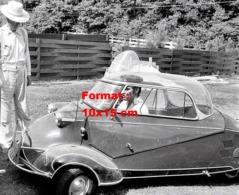Reproduction D'une Photographie Ancienne Du Jeune Elvis Presley Dans Une Petite Voiture Messerschmitt - Repro's