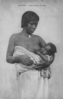 GUINEE - UNE JEUNE FEMME DE BENTY ALLAITANT SON ENFANT - Frans Guinee