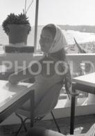 1973 JEUNE FEMME GIRL BEACH PLAGE PORTUGAL AMATEUR 35mm ORIGINAL NEGATIVE Not PHOTO No FOTO - Photographica