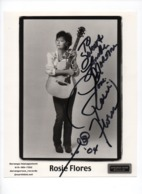 AUTOGRAPHE -2004- Rosie FLORES  - Américain, Musicienne  De Rockabilly -country- + Page De Revue,  Dédicacée - X 2 - Fotos Dedicadas