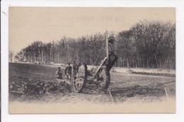 CP AGRICULTURE Engin Agricole Dans Un Champ  ( Non Legendé) - Tracteurs