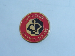 Pin's CLUB DE JUDO DE CHAMPS SUR MARNE - Judo