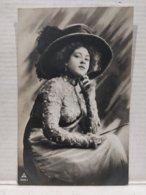 Portrait Femme. Chapeau - Femmes