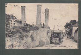 CPA (30) Nimes - Les Trois Piliers Romains - Tramway - Nîmes