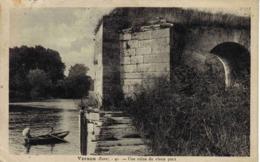 27 Vernon En 1935 N°40 Une Ruine Du Vieux Pont Animée Barque Rameur Et Dame Avec Ombrelle Photo G. André - Vernon