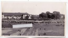 PHOTO - MILITARIA - INDOCHINE - CASERNE à SITUER Un Jour De Défilé, (Infanterie Coloniale Probablement Vers 1930) - Guerre, Militaire