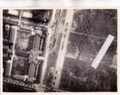 PHOTO AERIENNE - MILITARIA - INDOCHINE - CASERNE à SITUER Un Jour De Défilé, (Infanterie Coloniale Probablt Vers 1930) - Guerre, Militaire