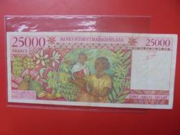 MADAGASCAR 25.000 FRANCS 1998 CIRCULER+TRACES EPINGLES (B.9) - Madagascar