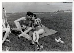 Amusante Photo Originale Joli Couple Sexy à La Plage Se Disputant Un Bout De Gras Façon La Belle & La Bête Vers 1950/60 - Personas Anónimos