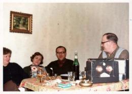 Photo Couleur Amateur Originale B.B. 1960's - Poste De Radio Portatifs Ou Pas Sur Une Table D'Apéritif - Objects