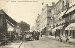 ROYAN Boulevard Thiers Et Le Kiosque Commerces Une Magnifique Voiture Et Ses Admirateurs RV - Royan