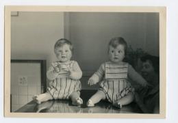 Etrange Jumeau Twin ? Enfant Bb Bebe Baby Même Vêtement Effet Miroir 60s 50s Joue Rose - Persone Anonimi