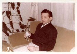 Photo Couleur Amateur Originale B.B. Homme Blessé à La Main Droite Apprend à Fumer De La Main Gauche Au Salon - Personas Anónimos