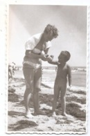 Photo Originale , Femme Avec Enfant Nu , Dim. 6.0 X 8.5 Cm - Personas Anónimos